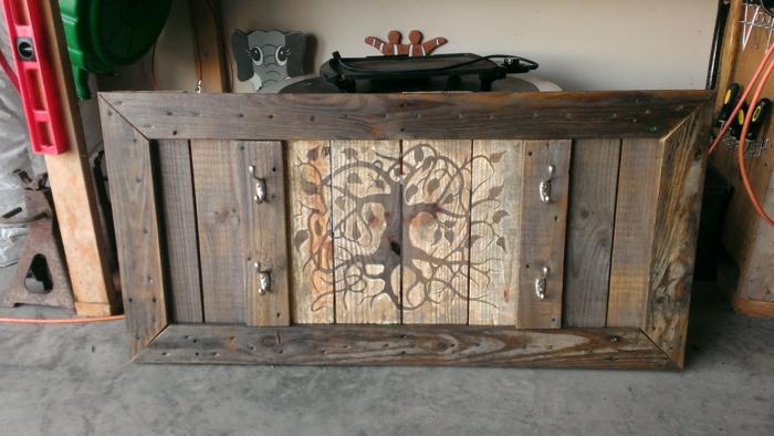restaurar muebles, percha de madera de palets con dibujo de arbol estilizado