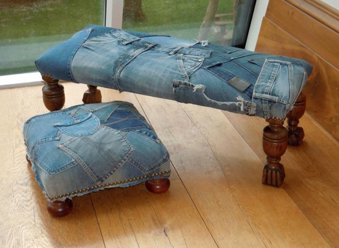 restaurar muebles, otomana y silla revestidas con mezclilla con patas de madera