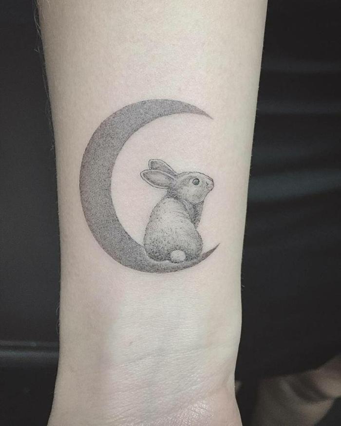 imagenes de tatuajes, tatuaje de antebrazo con conejo y media luna
