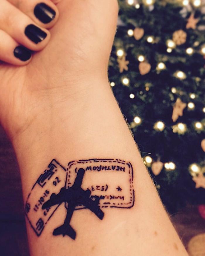 imagenes de tatuajes, mujer con esmalte negro, tatuaje con sellos de pasaporte y avion