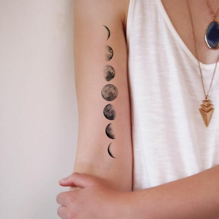tatuajes originales, mujer tatuada en el brazo con las fases de la luna
