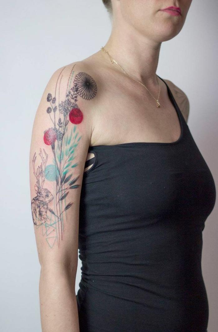 tatuajes originales, tatuaje brazo mujer con flores y conejo con cuernos