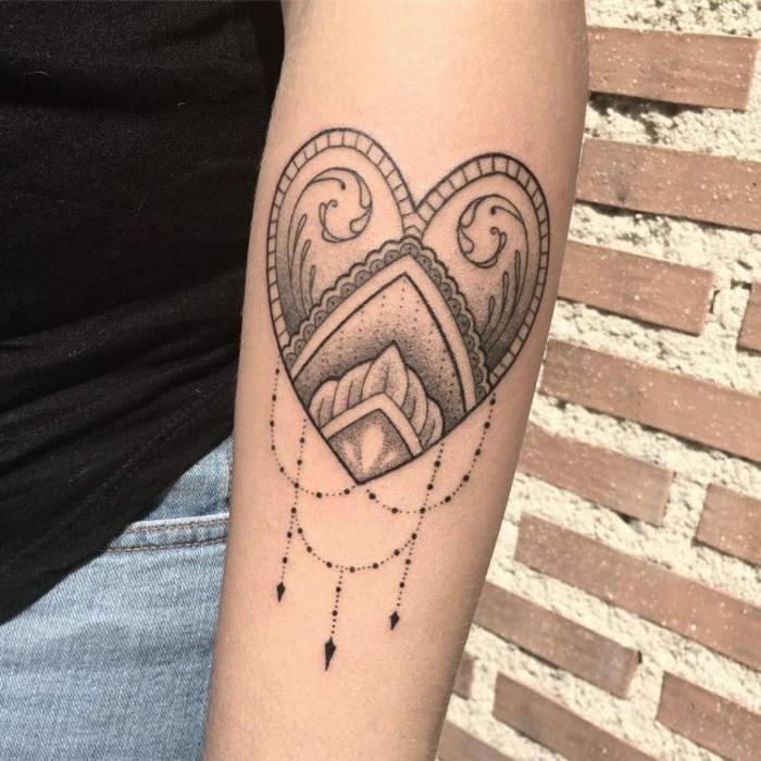 tatuajes originales, mujer con tatuaje con corazon en antebrazo
