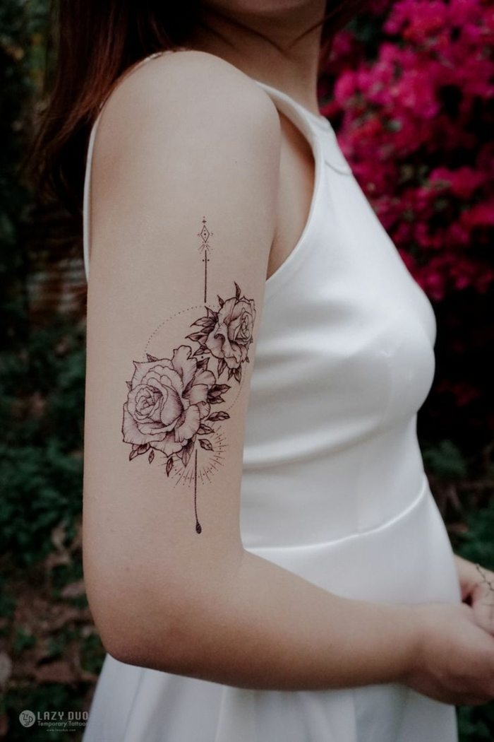 tatuajes originales, mujer en blanco con tatuaje con rosas y flecha
