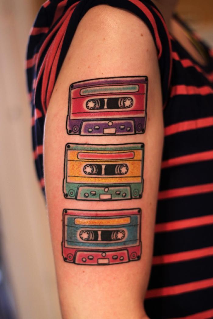 tatuajes originales, mujer con tatuajes en el brazo, cassettes en colores