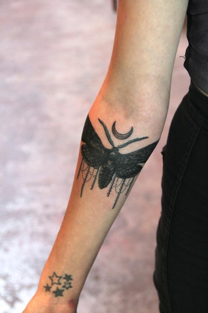 tatuajes originales, mujer con tatuaje con estrellas, mosca y luna
