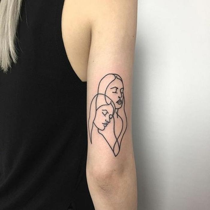diseños de tatuajes, mujer rubia con tatuaje con cabezas de mujeres estilizadas
