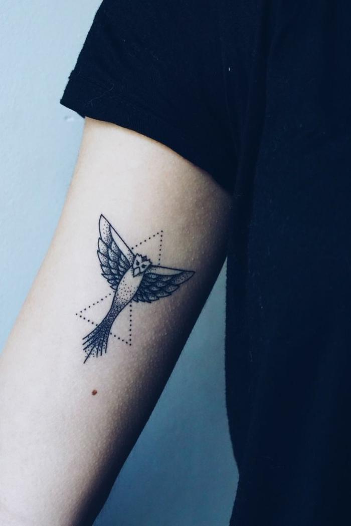 diseños de tatuajes, tatuaje mujer con blusa negra, pájaro y triángulos