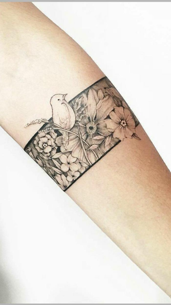 diseños de tatuajes, tatuajes en antebrazo, pulsera con flores y pájaros