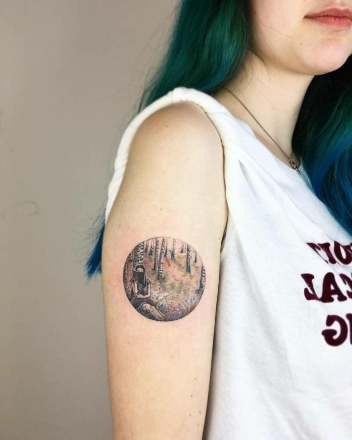 diseños de tatuajes, mujer con tatuaje corcular, niña leyendo en un bosque