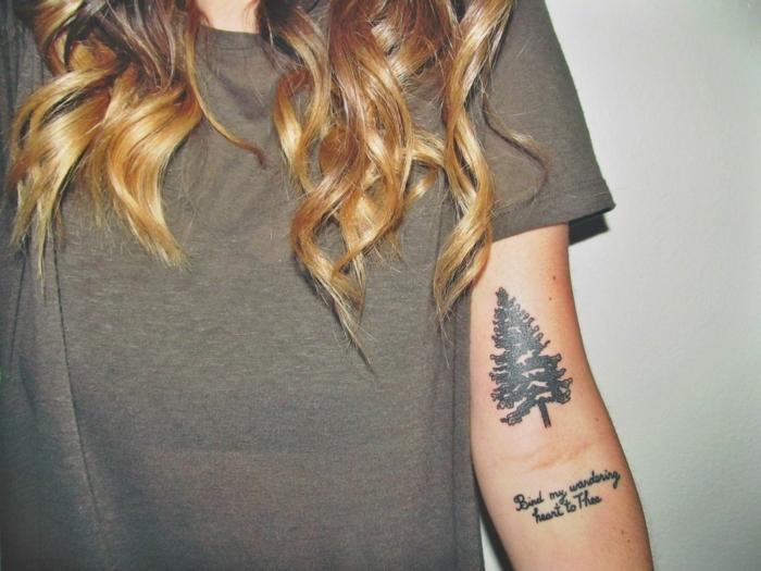 fotos de tatuajes, mujer con pelo largo, tatuaje con pino y frase