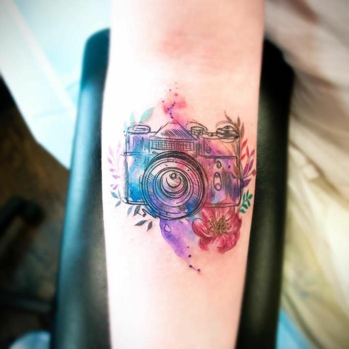 tatuajes con significado, tatuaje de camara fotografica y flores multicolor