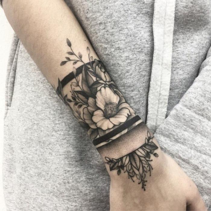 tatuajes con significado, tatuaje de mujer tipo pulsera con motivos florales