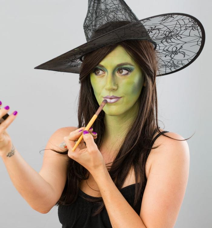 maquillaje de bruja, cara coloreada en verde, labios en color pastel suave, sombras en verde oscuro
