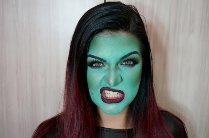 maquillaje de halloween, bruja en verde, maquillaje fácil de hacer, mejillas y frente destadados