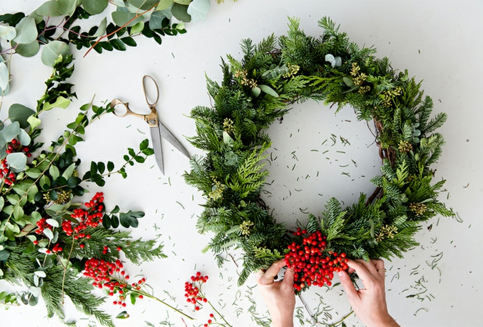 decoración navideña, guirnalda de materiales naturales, muy simpla para hacer