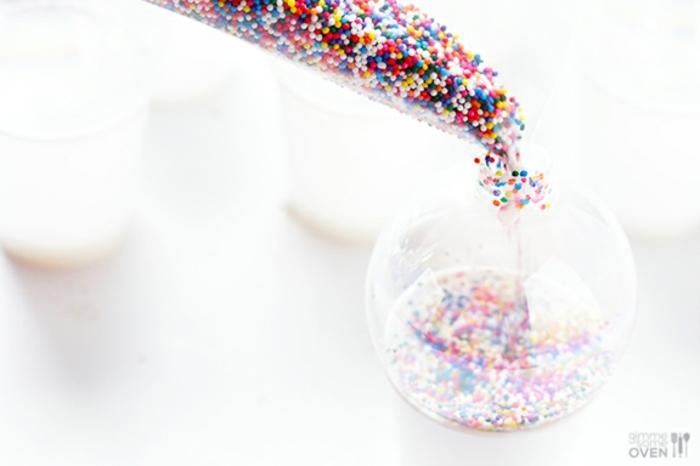decoración navideña, pelota de cristal, llena de bolas pequeñas multicoloridas
