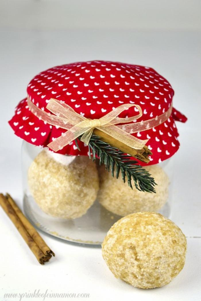 adornos navideños, frasco con capa de tejido rojo, estampado de corazones