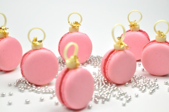 decoración navideña, macarons en rosado, bolitas en color plata
