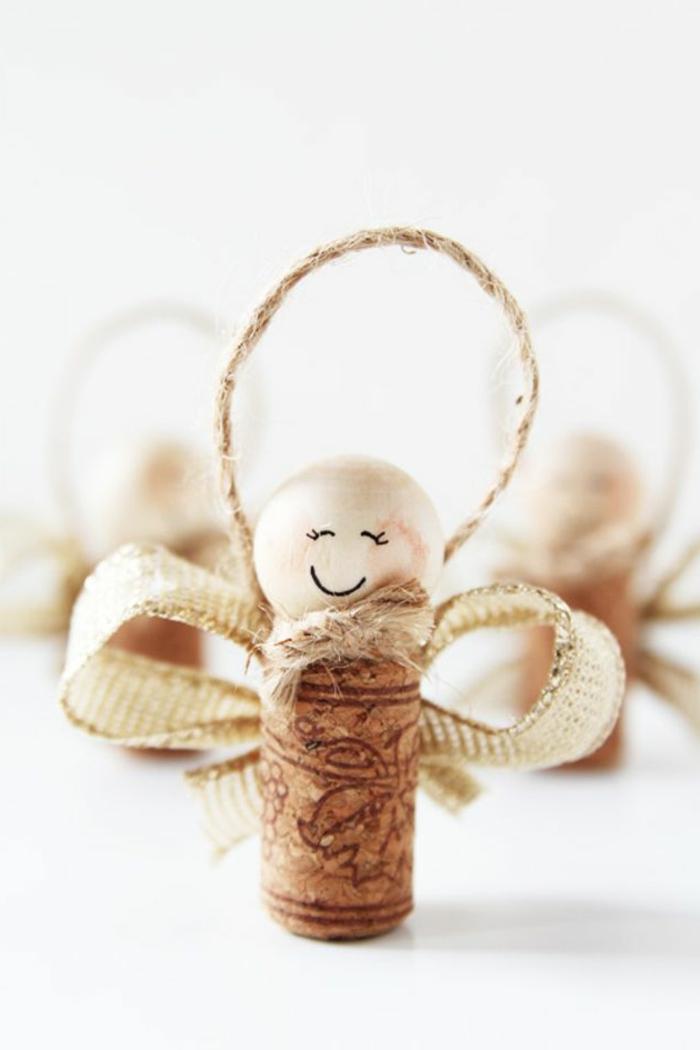 manualidades navidad, adorno para el árbol, angelito de corcho de vino