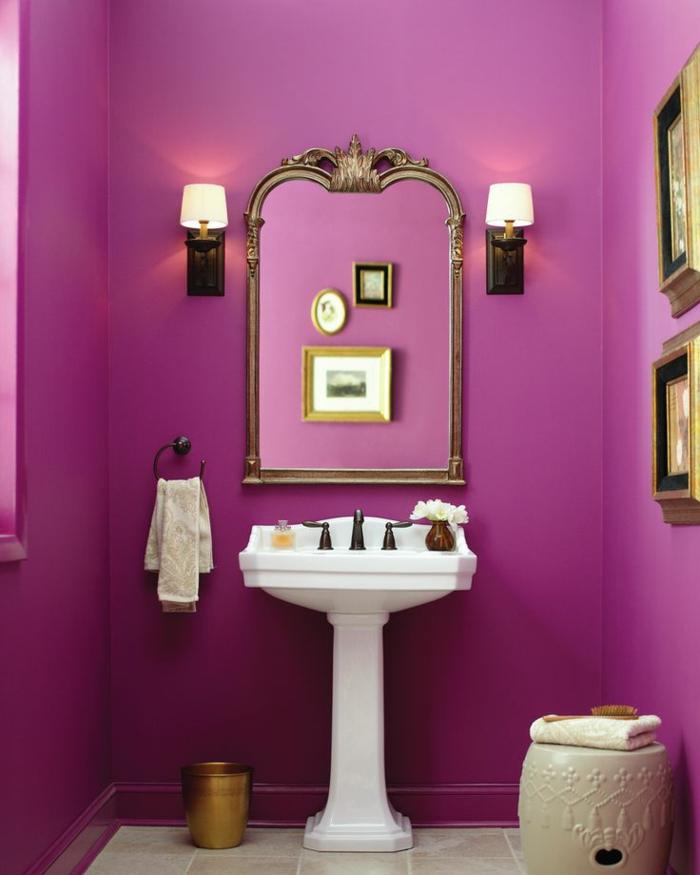 decoracion baños, marcos dorados, color llamativo lila, cuadros colgados