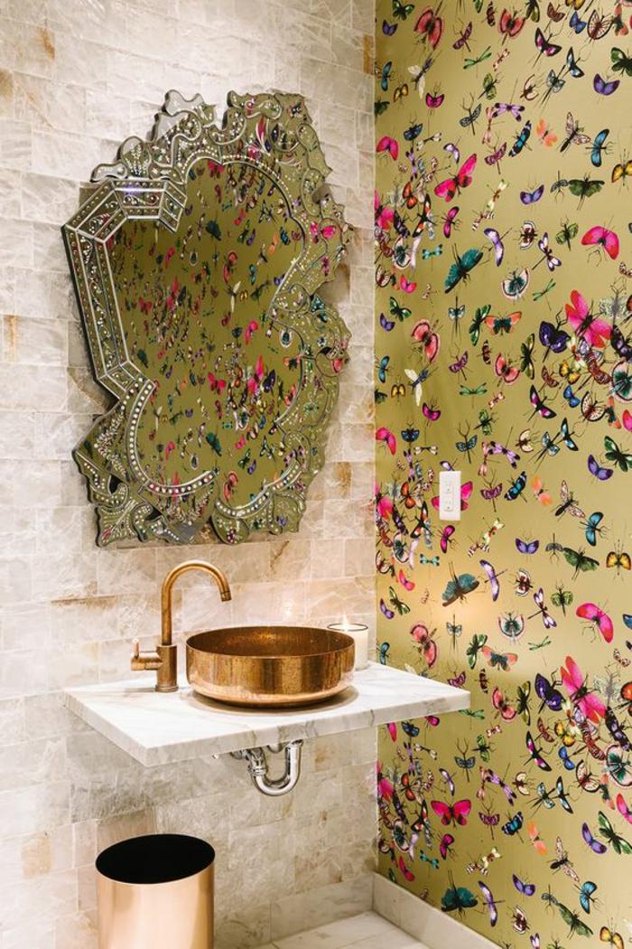 decoracion baños, mariposas en colores vivos, fondo de oro, espejo asimétrico