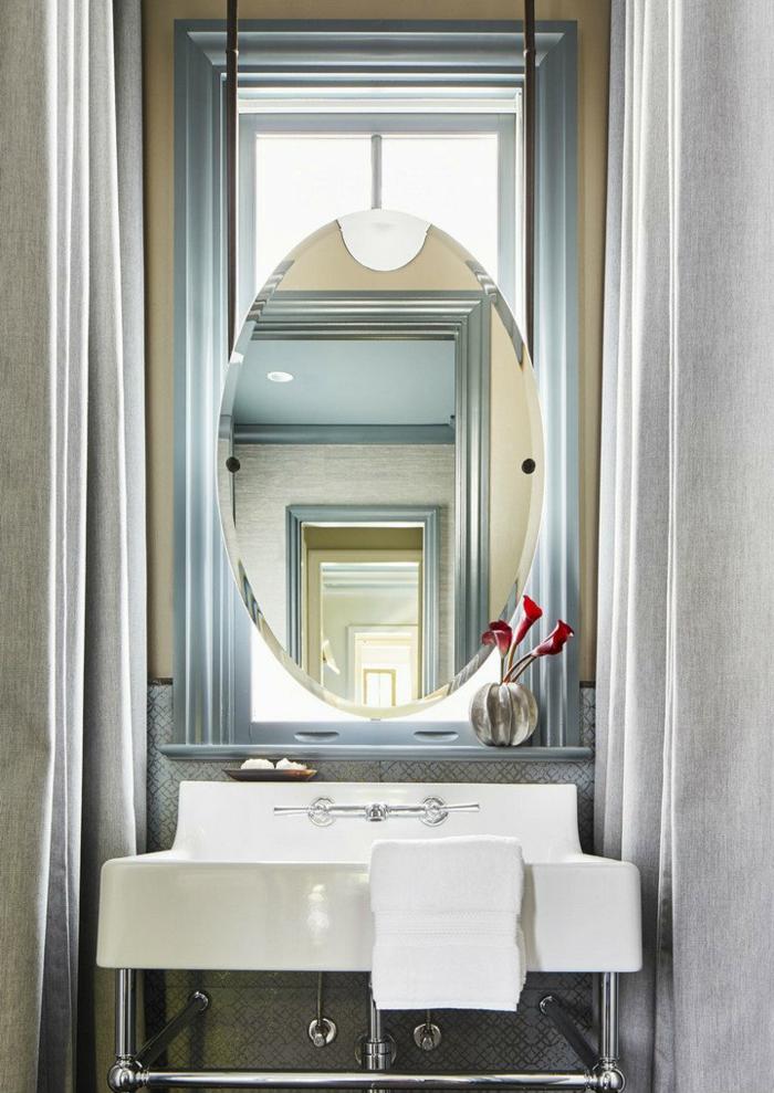 decoracion baños, juego visual, espejo colgado en la ventana, color azul