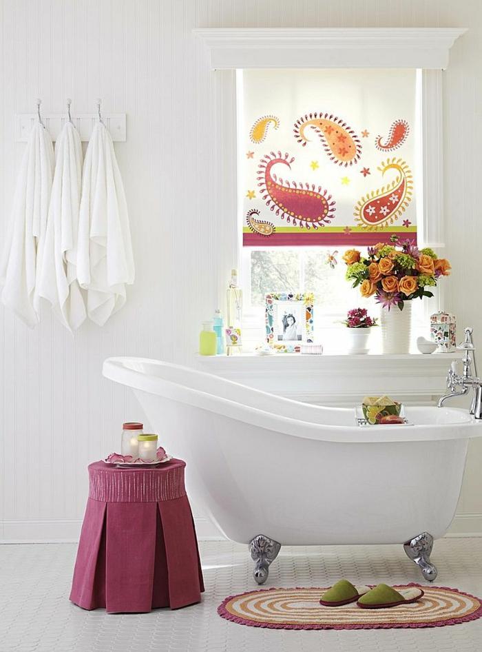 como decorar un baño, silla púrpura, rosas color naranja, bañera blanca