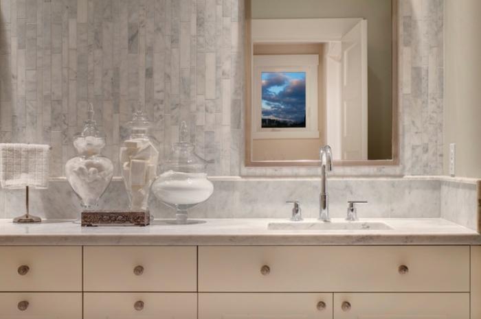 como decorar un baño, baño moderno blanco, jarrones decorativos