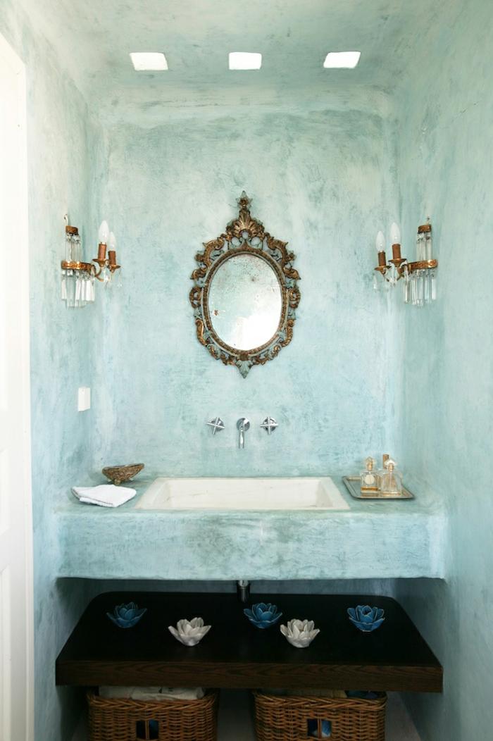 como decorar un baño, paredes efecto vintage, candeleros color bronce