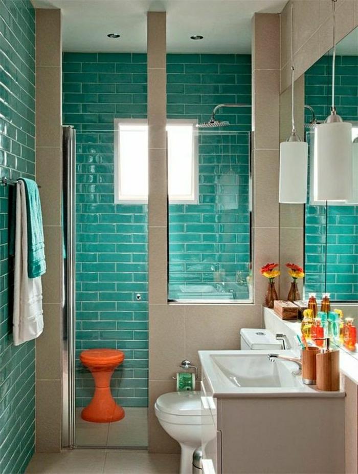 cuartos de baño pequeños, azulejos en verde de mar, baño estilo simple