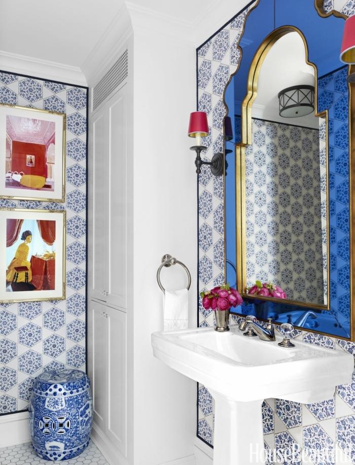 como decorar un baño, azulejos geométricos, color azul saturado