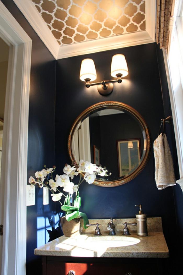decoracion baños, tapiz de papel en el techo, espejo circular vintage