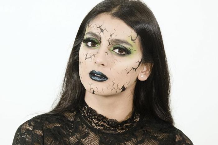 maquillaje de bruja, cara en pedazos, base pálida, labios en azul muy oscuro, ojos con sombras en verde claro