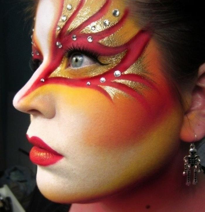 maquillaje de bruja, decoración en rojo y dorado, lentejuelas relucientes, pómulos marcados con rouge rojo