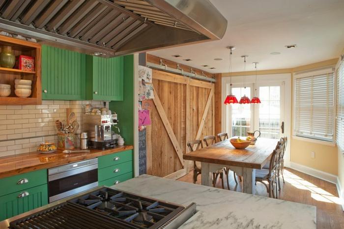 decoracion rustica, cocina rústica con mesa grande, encimera de mármol y alacenas verdes