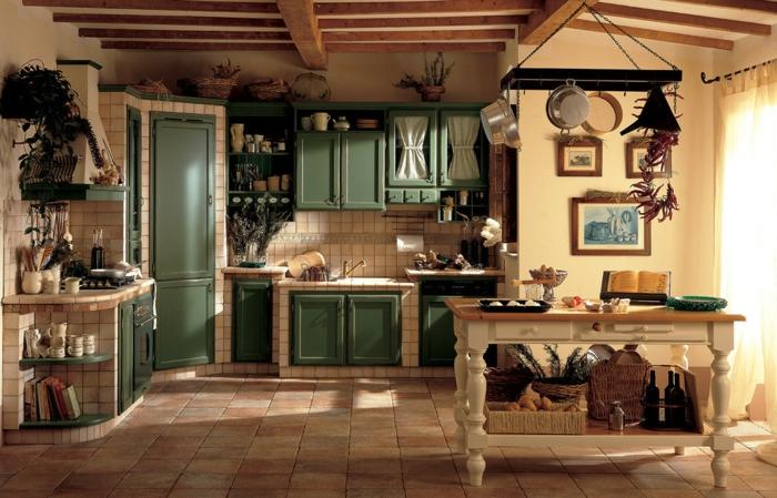decoracion rustica, cocina rústica en madera clara y color verde, suelo de baldosas, ventanal y decoración con sartenes