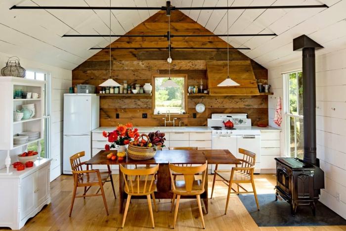 decoracion rustica, cocina rustica con techo triangular, madera blanca y rústica, mesa y chimenea
