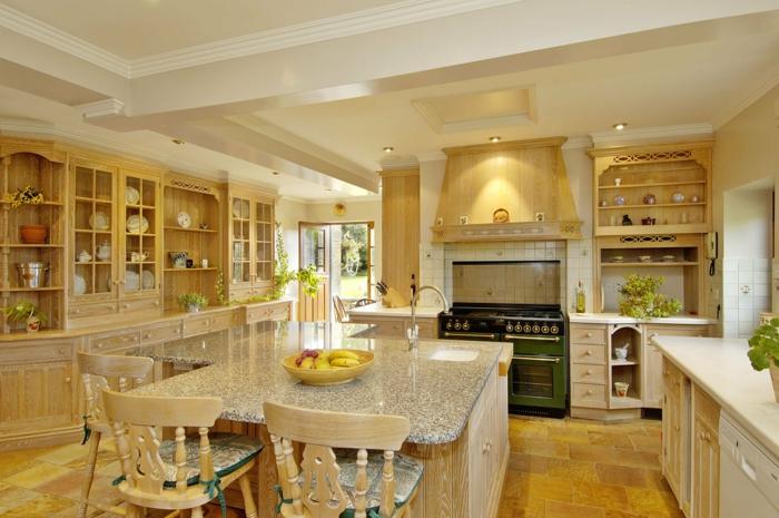 decoracion rustica, cocina con isla de mármol con fregadero, madera clara, sillas con cojines