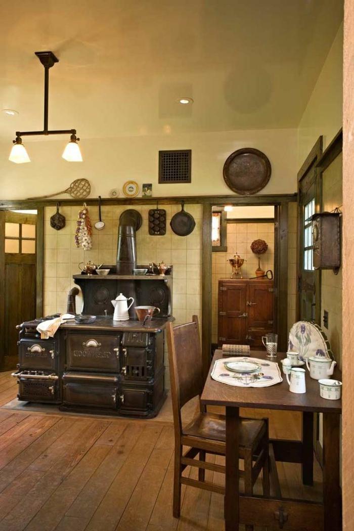 cocinas de obra, cocina con chimenea retro, suelo de tarima, pared con baldosas y mesa