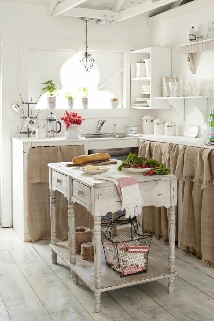 cocinas rusticas modernas, cocina en blanco con isla vintage, armarios con cortinas
