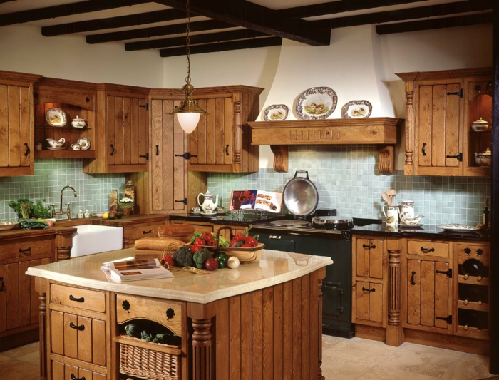cocinas rusticas modernas, cocina rustica con isla cuadrada, alacenas de madera, paredes con azulejos azules