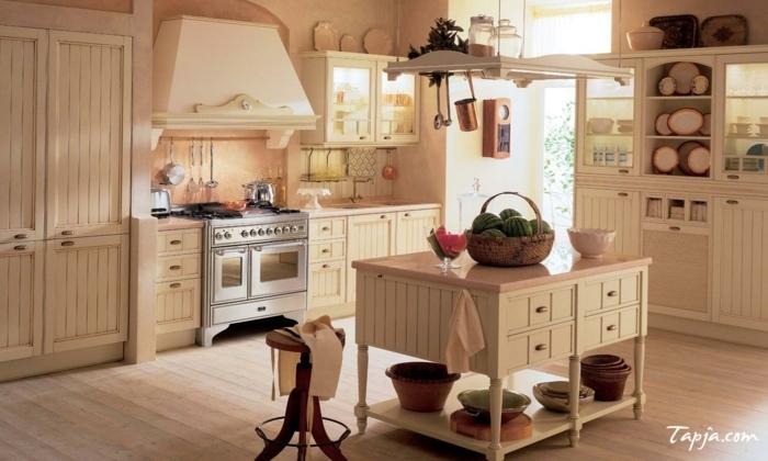 cocinas con encanto, cocina rústica con isla en beige y rosado pastel, mucha luz, canasta con melones