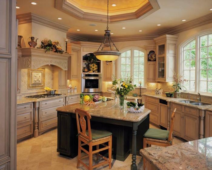 cocinas con encanto, cocina en beige con isla de mármol y sillas de madera, lámpara colgante y ventanas grandes