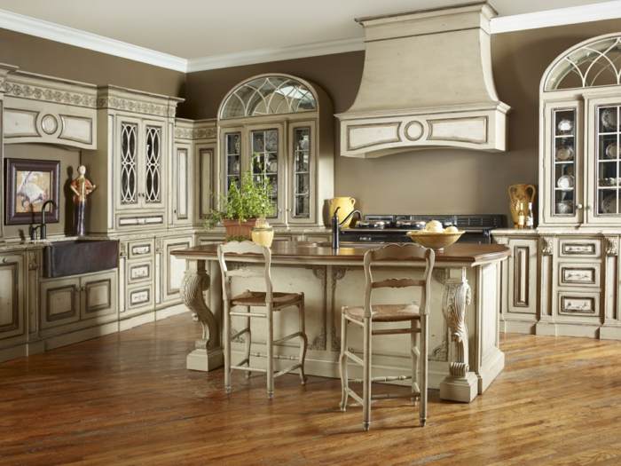 cocinas con encanto, cocina vintage con isla, alacenas de madera efecto desgastado, sillas altas