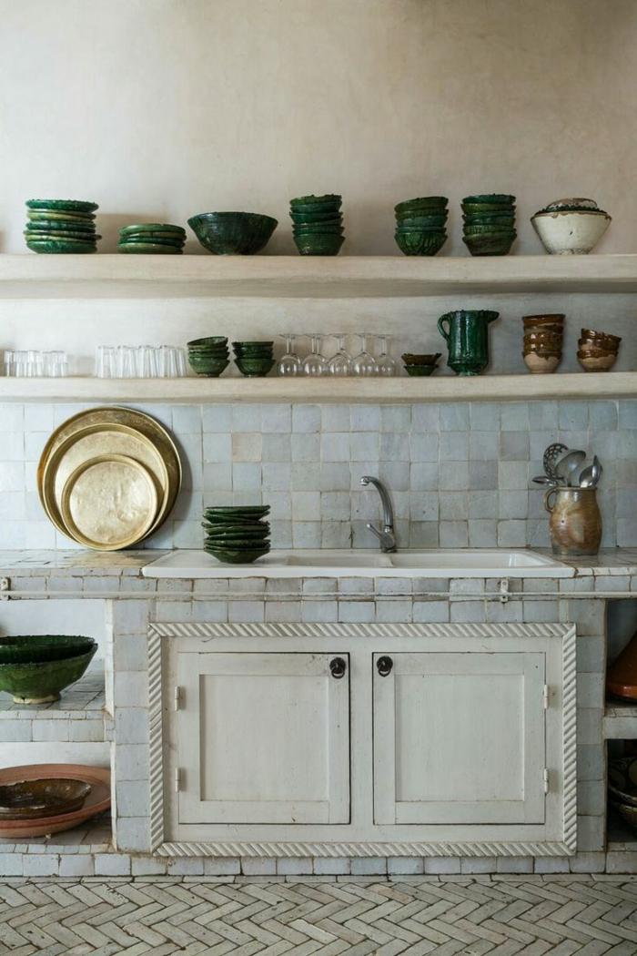 cocinas rusticas, cocina rústico fregadero con baldosas y estanterías con platos y vasos verdes