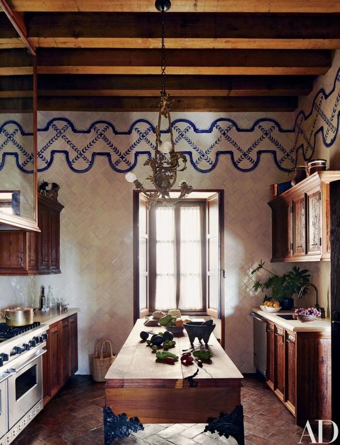 cocinas rusticas, cocina larga con mesa de madera rústica, paredes con azulejos en blanco y azul, parquet