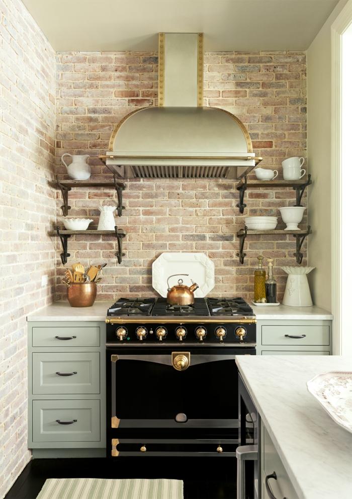 cocinas rusticas, cocina pequeña con pared de ladrillo, horno negro dorado, tetera y jarras