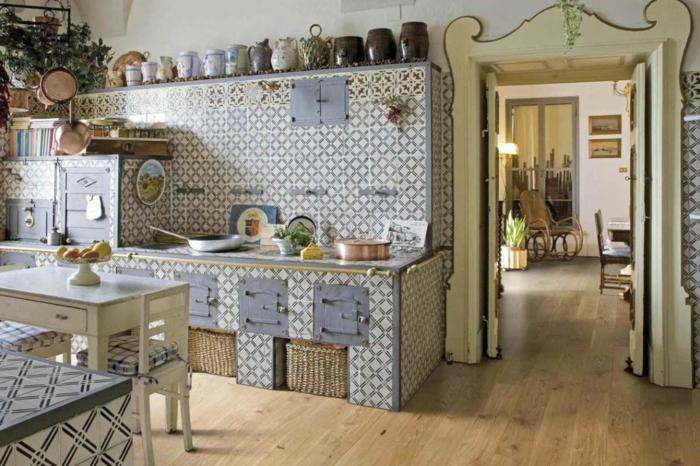 cocinas modernas pequeñas, cocina con paredes en azulejos blancas y azul, mesa pequeña, decoración con jarras
