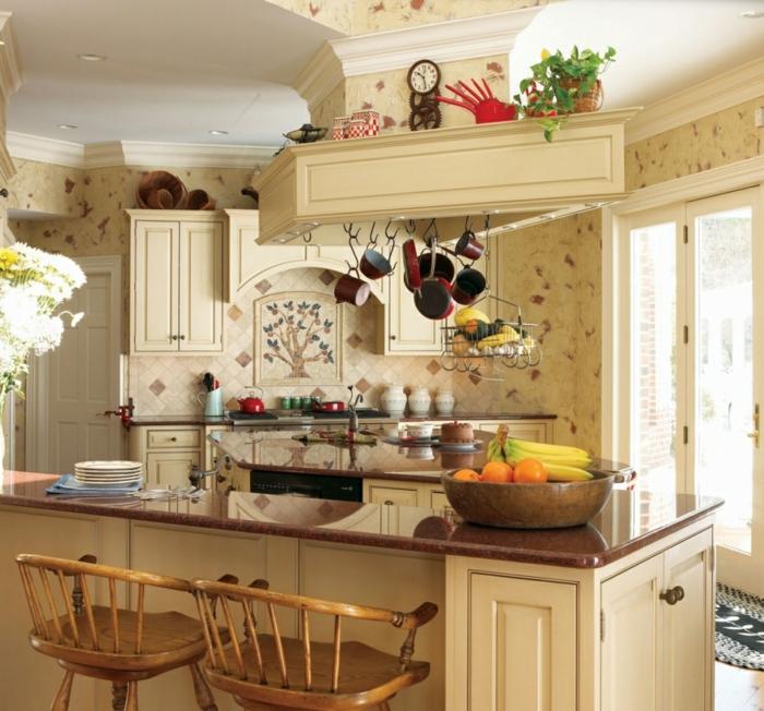 cocinas modernas pequeñas, cocina con isla, color crema, sartenes colgantes, sillas altas y ventanal